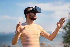 Homem em auriculares da realidade virtual fora imagens de stock royalty free