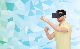 Homem em auriculares da realidade virtual ou em vidros 3d Fotos de Stock Royalty Free