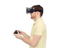 Homem em auriculares da realidade virtual ou em vidros 3d Foto de Stock