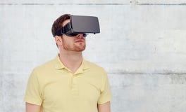 Homem em auriculares da realidade virtual ou em vidros 3d Fotografia de Stock Royalty Free