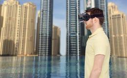 Homem em auriculares da realidade virtual ou em vidros 3d Foto de Stock Royalty Free