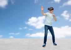 Homem em auriculares da realidade virtual ou em vidros 3d Imagem de Stock Royalty Free