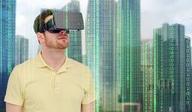 Homem em auriculares da realidade virtual ou em vidros 3d Imagens de Stock