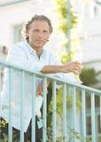 Homem em balcoy na casa de campo. imagens de stock royalty free
