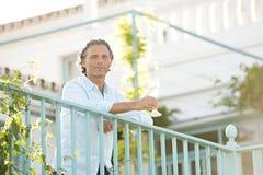 Homem em balcoy na casa de campo. fotografia de stock royalty free