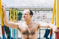 Homem em barras imagens de stock royalty free