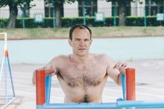 Homem em barras fotos de stock royalty free