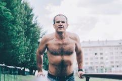 Homem em barras fotografia de stock