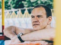 Homem em barras fotografia de stock royalty free