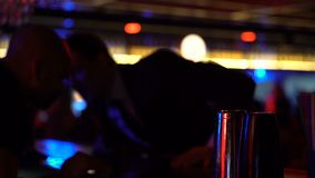 Homem em bebidas pedindo do terno no contador da barra, comemorando a atmosfera relaxado sozinha video estoque