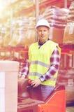 Homem em caixas da carga da empilhadeira no armazém Foto de Stock
