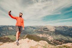 Homem em caminhar a engrenagem que toma um selfie fora fotos de stock royalty free