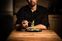 Homem em casa que tem o jantar Fotografia de Stock Royalty Free