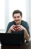 Homem em casa que trabalha em um portátil Imagens de Stock Royalty Free