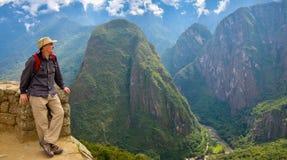 Homem em Machu Picchu, Peru foto de stock royalty free