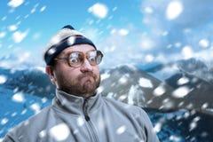 Homem em montanhas do inverno Foto de Stock Royalty Free