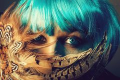 Homem em penas behing da peruca azul foto de stock royalty free