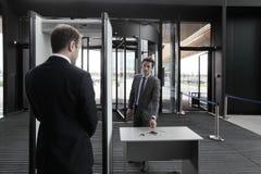 Homem em portas de segurança aeroportuária Imagem de Stock Royalty Free