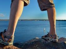 Homem em rochas no beira-mar Imagens de Stock
