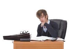 Homem em seu funcionamento da mesa foto de stock