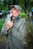 Homem em seu 50s que anda fora na chuva Foto de Stock Royalty Free