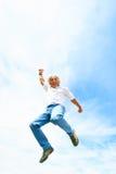 Homem em seu 50s que salta altamente Imagens de Stock