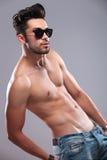 Homem em topless com mão no bolso traseiro Fotos de Stock