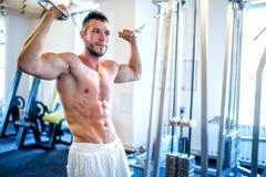 Homem em topless, halterofilista e homem muscular trabalhando o bíceps foto de stock royalty free