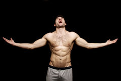 Homem em topless que shouting com seus braços outstretched Fotos de Stock Royalty Free