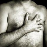 Homem em topless que sofre uma dor em sua caixa Imagens de Stock