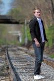 Homem em trilhas railway foto de stock