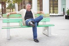 Homem em um banco do barramento fotografia de stock royalty free