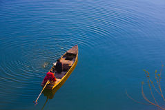 Homem em um barco em Vietname Fotos de Stock Royalty Free
