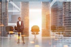 Homem em um branco e em um interior da barbearia do tijolo Fotografia de Stock Royalty Free