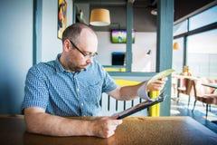 Homem em um café Imagem de Stock