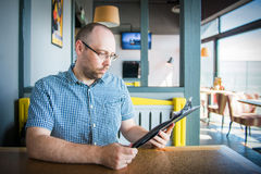 Homem em um café Imagens de Stock
