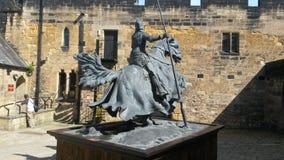 Homem em um cavalo no castelo de Alnwick imagens de stock royalty free