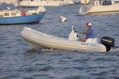 Homem em um esporte de barco do quando do telefone celular em Annaqpolis, porto da DM imagem de stock