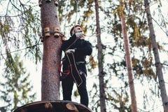 Homem em um parque em um parque da aventura Cidade da corda parque do país para esportes imagens de stock