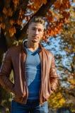 Homem em um parque, no outono Imagens de Stock Royalty Free