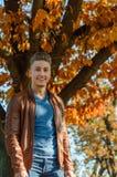 Homem em um parque, no outono Fotos de Stock