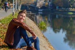 Homem em um parque, no outono Imagens de Stock