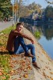 Homem em um parque, no outono Foto de Stock