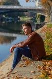 Homem em um parque, no outono Imagem de Stock Royalty Free