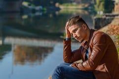 Homem em um parque, no outono Fotografia de Stock