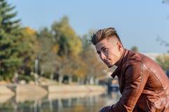 Homem em um parque, no outono Fotos de Stock Royalty Free