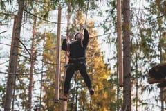 Homem em um parque em uma cidade da corda parque do país para esportes foto de stock royalty free