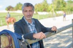 Homem em um rancho foto de stock royalty free