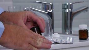 Homem em um receptor aberto da medicina do toalete o com drogas e comprimidos para uma dor de cabeça filme
