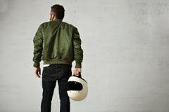 Homem em um revestimento piloto caqui com capacete Fotografia de Stock